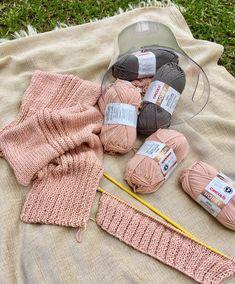 Cardigan Rose com Pérolas Knit Cardigan Pattern, Fingerless Gloves, Arm Warmers, Lana, Knitted Hats, Knitting, Cardigans, Fashion, Free Knitting