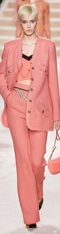 Chanel Spring 2020 Couture Fashion Show The complete Chanel Spring 2020 Couture fashion show now on Vogue Runway. Fashion 2020, High Fashion, Fashion Show, Luxury Fashion, Fashion Outfits, Womens Fashion, Fashion Design, Fashion Trends, Jackets Fashion