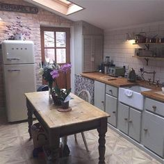 Kitchen exposed brick and skylight Kitchen Interior, Kitchen Inspirations, Small Kitchen, Kitchen Remodel, Kitchen Dining Room, Country Kitchen, Kitchen Diner, Home Kitchens, Cosy Kitchen