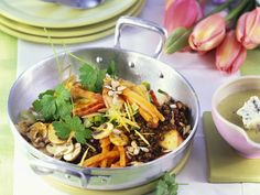 Linsen-Gemüsepfanne mit Champignons | Zeit: 30 Min. | http://eatsmarter.de/rezepte/linsen-gemuesepfanne-mit-champignons