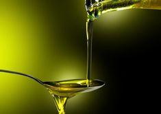 L'olio extravergine di oliva (da qui in avanti chiamato olio E.V.O.) è, sicuramente, uno degli alimenti fondamentali della dieta mediterranea. Come già saprete, l'olio è un prodotto ottenuto dalla spremitura delle olive, tramite delle grosse macine di pietra. L'uso dell'olio E.V.O. nella preparazione degli alimenti offre innumerevoli benefici nutrizionali e salutistici, benefici compresi fin dall'antichità. Summer Photos, White Wine, Martini, Olive Oil, Alcoholic Drinks, Tableware, Glass, Spoon, Vectors