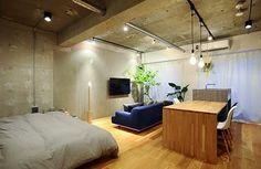 位於東京都杉並区13坪左右的舊公寓,由一對新婚夫婦買下,希望改造成為極高快適性的機能住宅。將原本密閉的天花板打開,創造挑高空間感,大量利用壁面進行收納規劃,並將客廳和餐廚空間整合為ㄧ,形塑開放感極高的場域。