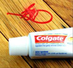Remover marcas de caneta marcadora permanente com pasta de dente Se você tem algum móvel de madeira ou qualquer outra coisa do tipo manchada por uma caneta permanente, aqui está a solução. Coloque um pouco de pasta de dente sobre a mancha e esfregue com um pano úmido ou papel toalha.