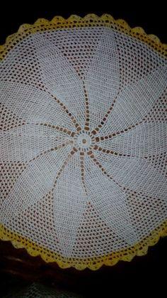 Centro de mesa, blanco y amarillo en crochet.