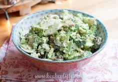 Deze broccolisalade met frisse yoghurtdressing is heerlijk om in een bakje mee naar je werk te nemen of als bijgerecht te serveren met vis, kip of vlees.