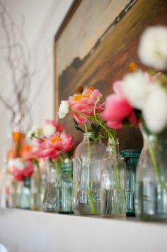 Botellas y frascos reciclados con flores