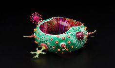 Peter Chang: travaille avec du PVC, résine, acrylique, verre et métal: j'aime! mais peut-être peu pratique à porter