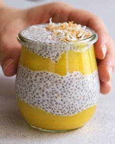 Healthy Snacks Discover Coconut Mango Chia Pudding Thick and creamy mango chia pudding with layers of coconut milk chia pudding and mango puree. Youll love the fresh tropical flavor! Healthy Sweets, Healthy Breakfast Recipes, Healthy Snacks, Healthy Drinks, Healthy Cooking, Healthy Life, Vegan Recipes, Snack Recipes, Cooking Recipes
