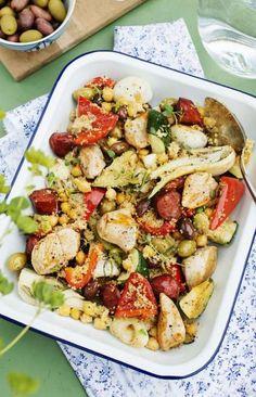 Rätten med kyckling och grönsaker får extra mycket smak med chorizo.