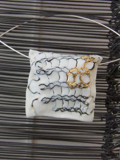 broche porcelaine<br></a>broche en porcelaine avec acier tricoté, d'oré avec montage sur argent