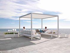 En strandstol skaber hygge og skygge på stranden med solsejl