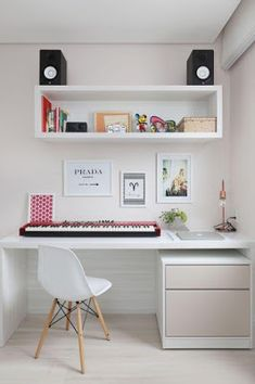 In a farmhouse design, the side table seems to have important roles that are unreplaceable. The farmhouse side table is not there for merely functions but the right design and … Cute Dorm Rooms, Cool Rooms, Home Desk, Home Office, Small Office, Study Room Decor, Bedroom Decor, Bedroom Ideas, Desk Organization Tips