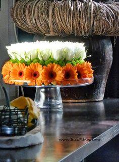 Ik hou van bloemen en bloemen houden van mensen. Ik denk dat klopt. Ik zat thuis en ik dacht. Ik wil een mooi bloemestuk maken om mijn huis een beetje op te vrolijke. Ik zag mijn plateau en ik wist het meteen. Ik ga een bloemtaart maken. Is makkelijk en je kunt het zo mooi maken als je maar wil. White Flower Arrangements, Table Arrangements, Floral Centerpieces, Table Centerpieces, Deco Floral, Floral Cake, Arte Floral, Fresh Flower Cake, Fresh Flowers