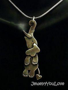 Taro el collar del elefante Este collar Hecho a la orden está conformada en.925 plata esterlina. El collar ha sido oxidado para los detalles. Mano fabricado este collar de diseño, corte, soldadura, hasta terminar. Como joyas de la naturaleza de la mano, no hay dos piezas son exactamente iguales. El producto que recibe podría ser ligeramente diferente entonces lo que se ve en la foto. Si te gusta la joyería única o usted es un amante de los animales, te encantará este collar. De diversión…