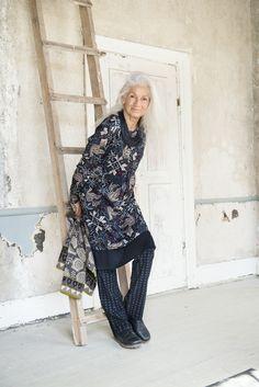 Weihnachten 2014 - Die Tunika Kvittra hat jeweils vorne und hinten eine… Style And Grace, My Style, Fashion Design Classes, Gudrun, Advanced Style, Over 50 Womens Fashion, Models, Layered Look, Ethnic Fashion
