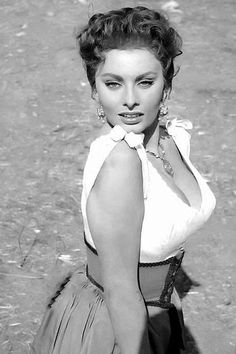 Risultati immagini per sophia loren in spain Hollywood Glamour, Hollywood Stars, Classic Hollywood, Old Hollywood, Divas, Sophia Loren Images, Sophia Loren Style, Cinema Tv, Actrices Hollywood