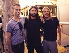 Matt Cameron with Dave Grohl and Taylor Hawkins of Foo Fighters. Foo Fighters Dave Grohl, Foo Fighters Nirvana, There Goes My Hero, Taylor Hawkins, Matt Cameron, Chris Cornell, Rock Legends, Perfect Couple, Pearl Jam