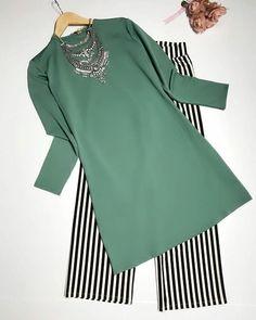 Alı Beautiful suits and suits. Modesty Fashion, Abaya Fashion, Muslim Fashion, Fashion Dresses, Pakistani Dresses Casual, Pakistani Dress Design, Casual Dresses, Dress Shirts For Women, Clothes For Women