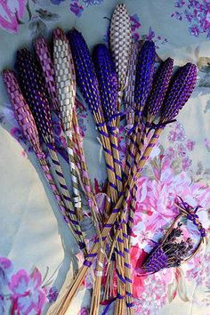 Lavender:  DIY #Lavender Wands. This is how the stalks and buds are preserved and kept inside. Clever!