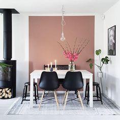 Tips til weekend-prosjekt! Få inn litt farge i hjemmet ved male en vegg eller et avgrenset område i en sprek farge. Se hvor fint det ble når @interiormad malte veggen bak spisebordet i fargen LADY 2856 Warm Blush! God helg #ladywonderwall #warmblush #interiör #interiør #interior #spisestue #weekendtips #jotun #jotunlady