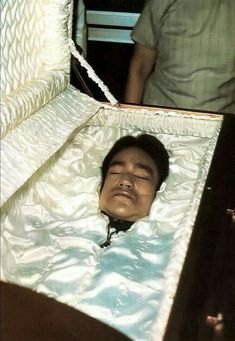 Bruce Lee death body in funeral 32 years old. Rick James, Jesse James, Artiste Martial, Hong Kong, Bruce Lee Photos, Haunting Photos, Brandon Lee, Casket, Martial