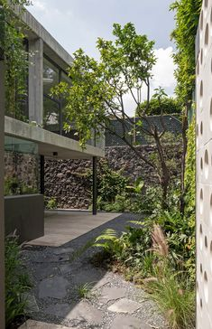"""The greenery helps block views from the outside, and also helps """"erase the limits of the interior with the exterior"""". Concrete Column, Concrete Facade, Concrete Houses, Luz Natural, Lattice Screen, 1970s House, Load Bearing Wall, Storey Homes, Ground Floor Plan"""