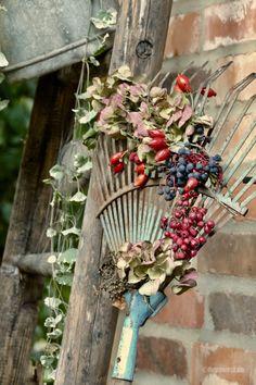 Rusty rake becomes autumn decoration- Rostiger Rechen wird Herbstdeko Rusty rake becomes autumn decoration – Karin Urban – NaturalSTyle - Garden Wallpaper, Garden Floor, Deco Floral, Diy Garden Projects, Art Projects, Autumn Garden, Fall Flowers, Garden Art, Garden Landscaping