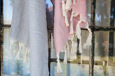 Das Hamamtuch Manolya gehört zu der eigenen Kollektion aus Bio-Baumwolle. Das Hamamtuch ist im Fischgrätmuster gewebt und hat zwei unterschiedlich farbige Hälften. Hamamtücher sind sehr vielseitig: sie sind nicht nur praktisch am Strand, in der Sauna oder beim Sport, man kann sie darüber hinaus auch als Pareo oder Schal verwenden.  Das Hamamtuch aus Bio-Baumwolle ist pflegeleicht, sehr saugfähig und trocknet schnell. Es ist ideal für unterwegs, da es  wenig Platz einnimmt und sehr leicht… Curtains, Sport, Home Decor, Pink, Grey, Cotton, Blinds, Deporte, Sports