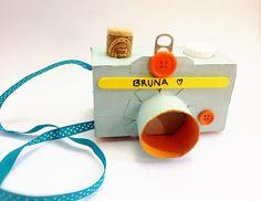 Câmera fotográfica com papelão