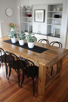 salle à manger avec des chaises noires en métal