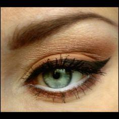 Was hat es mit diesem Amu auf sich? Das erfahrt ihr später auf meinem Blog.  #beauty #beautyblogger #beautyblog #makeup #makeuplook #lidschatten #blog #blogging #blogger #eyeshadow #schminke #blogger_de #instalike #instamakeup #bblogger #augenmakeup #eye #motd #germanbeautyblogger #beautygram #makeupaddict #essence #essencecosmetics