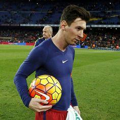 Another match ball for Leo Messi's personal collection  Una altra pilota per a la col·lecció de Leo Messi  Otro balón para la colección de Leo Messi  #FCBGranada #FCBarcelona #hattrick ⚽️⚽️⚽️ @leomessi @fcbarcelona