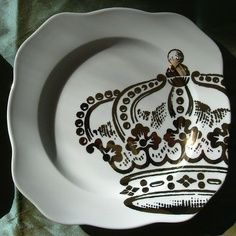 Inspiration for sharpie art on plates. Would love to do this at a painted pottery store. Pottery Painting, Ceramic Painting, Painted Pottery, Painted Plates, Sharpie Paint Pens, Sharpie Art, Sharpie Doodles, Sharpies, Sharpie Projects