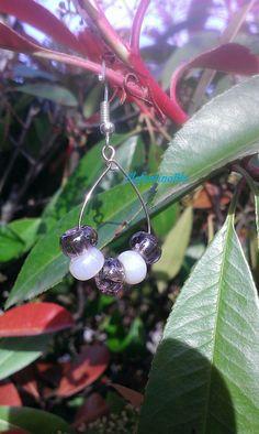 Orecchini cerchio perle di vetro ceco viola e bianco madreperla, handmade ed…