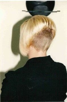 Blond bob with high shaved nape Girls Short Haircuts, Modern Haircuts, Short Hairstyles For Women, Short Wedge Hairstyles, Fun Hairstyles, Beautiful Hairstyles, Shaved Bob, Shaved Nape, Stacked Bob Hairstyles