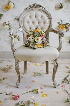 beautiful chair and flowers French Sofa, French Chairs, Foto Montages, French Style Homes, Mantle Piece, Romantic Roses, Vintage Chairs, Antique Chairs, Rose Cottage