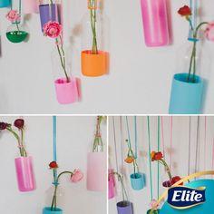 ¡Dale un toque especial a tu hogar utilizando botellas!  Además de estarlo decorando, estarás reciclando.   Solo necesitas:  -Botellas de plástico transparente -Pintura acrílica -Estambre -Flores  Pinta las botellas y cuelga los botellas en un espacio que tengas vacío.  #HazloTuMismo #DIY