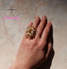 Anello fatto a uncinetto con filo metallico dorato e perline #elenashands #handmade #anelli