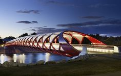 A helical structure of red and white extends over 126 meters to overcome the Bow River in the Canadian city of Calgary. Designed by the Spanish architect Santiago Calatrava, the bridge pedestrian and bicycle features a glass cover that can be used throughout the year.