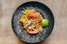 Podstawowym składnikiem pad thaia jest dobry makaron – w Tajlandii oznacza to świeży makaron ryżowy, pocięty w dokładnie 3mm wstążki. Jego zapach i konsystencja są uzależniające! Niestety poza Azją jego zdobycie to sztuka, dlatego najczęściej do przygotowania pad thaia stosowana jest wersja suszona. Sekretem idealnej konsystencji jest jego wcześniejsze namoczenie w zimnej wodzie przez pół …