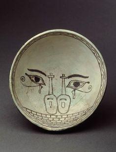 Coupe hémisphérique à décor de hiéroglyphes égyptiens  XIIIe siècle avant J.-C.  Minet el Beida, port d'Ougarit, tombe 6 Fritte de quartz à glaçure polychrome H. : 5,10 cm. ; D. : 12,20 cm.