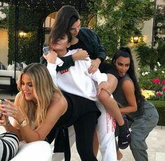 Картинка с тегом «kylie jenner, kendall jenner, and kim kardashian Khloe Kardashian, Robert Kardashian, Estilo Kardashian, Kris Jenner, Moda Kylie Jenner, Looks Kylie Jenner, Kendall Jenner Style, Kendall E Kylie, Kim And Kylie
