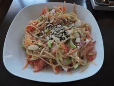 Celozrnné špagety s čerstvou zeleninou (pórek, rajče, mrkev, ředkvička), bílý jogurt, slunečnice a mix ořechu, česnek