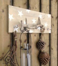 Gebruik je #kapstok eens voor #woondecoratie, hier in #herfst sfeer. Pallet Crafts, Wood Crafts, Brown Paper Packages, Candle Sconces, Christmas Diy, Sweet Home, Wall Lights, Wall Decor, House Styles