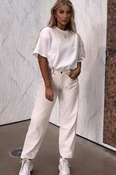 Street Style Hvite Casual Antrekk - Lilly is Love Denim Fashion, Look Fashion, Fashion Outfits, Fashion Boots, Jeans And T Shirt Outfit, White Top And Jeans, Celebrity Casual Outfits, Streetwear, Estilo Denim