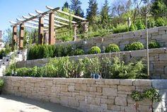 interessante+Mauer+aus+Stein+stufenweise+gebaut+bepflanzt+Garten