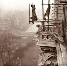 Operários estruturando um andaime na Catedral de Notre Dame, 1953
