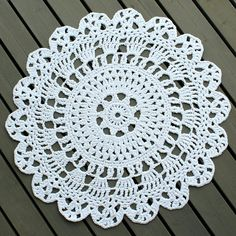 Pitsin viemää: Virkattu pyöreä matto Crochet Placemats, Crochet Doilies, Crochet Home, Knit Crochet, Crochet Circles, Sconces Living Room, Unique Crochet, Diy Wall, Fun Projects