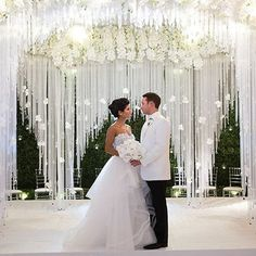 Today's featured wedding that's completely covered with white hydrangeas, snow white roses, phalaenopsis orchids, and endless amounts of candlelight creating an unbelievably elegant Chicago wedding! Pic: @andrelacourphotogra