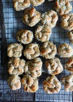 Hvitløksknuter med urter og parmesan Shrimp, Bacon, Muffin, Food And Drink, Chicken, Meat, Breakfast, Morning Coffee, Muffins
